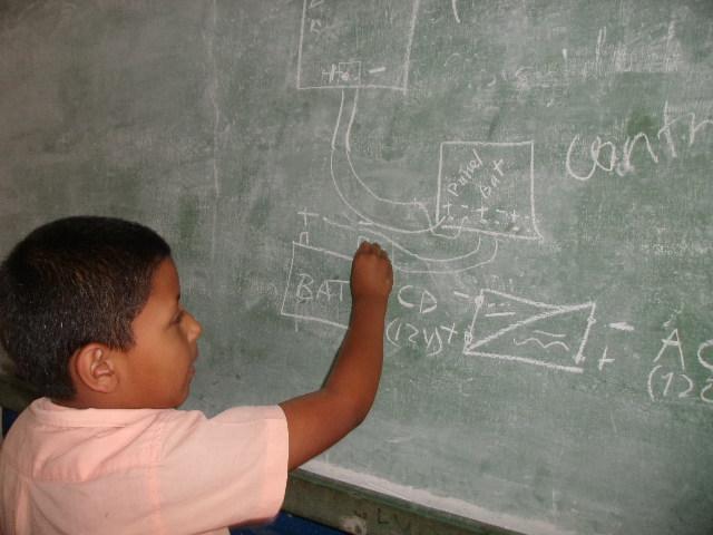 Kind an der Tafel