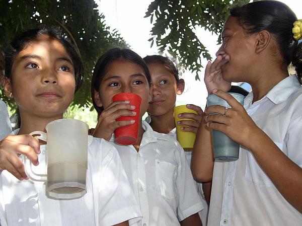 Kinder trinken Milch